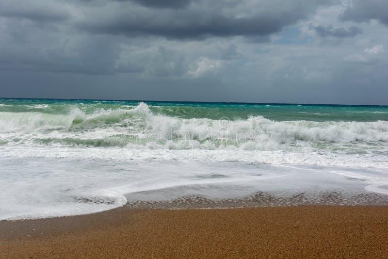 Golven op zandstrand van het Ege?sche Overzees in Rhodos stock foto