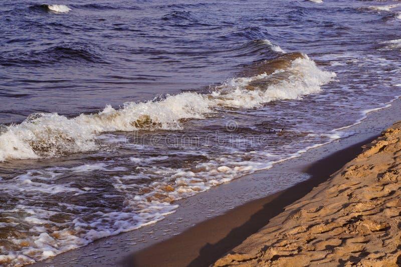 Golven op zeekust stock afbeelding