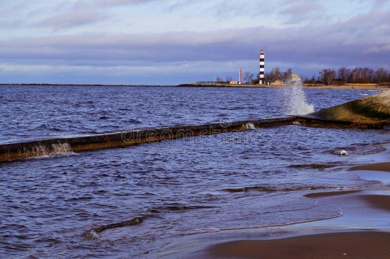 Golven op zeekust stock afbeeldingen