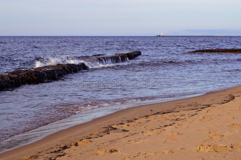 Golven op zeekust stock foto's
