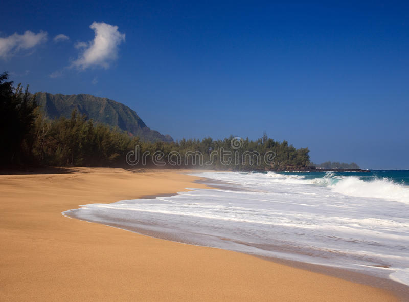 Golven over strand op Lumahai stock afbeeldingen