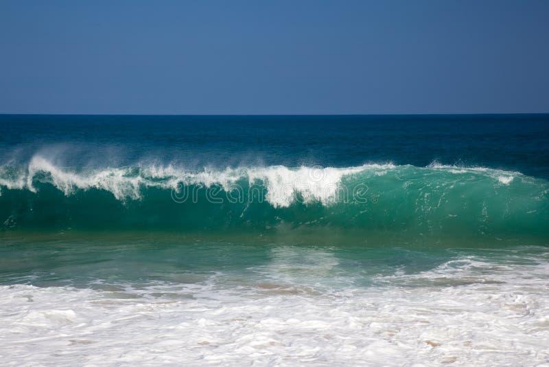 Golven over strand op Lumahai stock afbeelding
