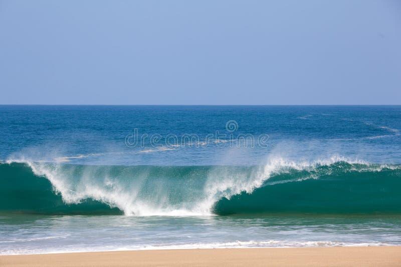 Golven over strand op Lumahai stock fotografie