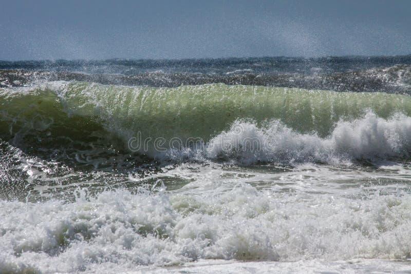 Golven in Schaduwen van Blauw, Wit, en het Groene Verpletteren op een Strand royalty-vrije stock afbeeldingen