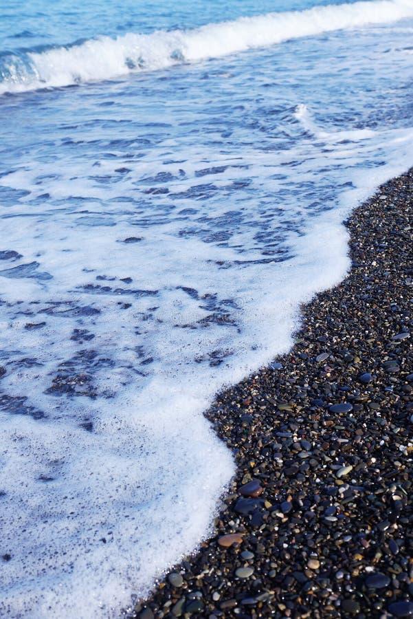 Golven van branding op het kiezelsteen overzeese strand royalty-vrije stock afbeelding