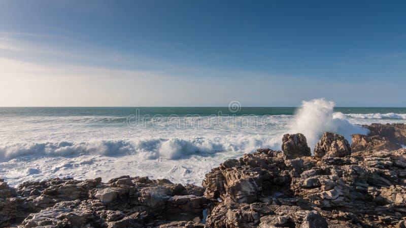 Golven van de afstraffing van de Atlantische Oceaan tegen stock afbeelding