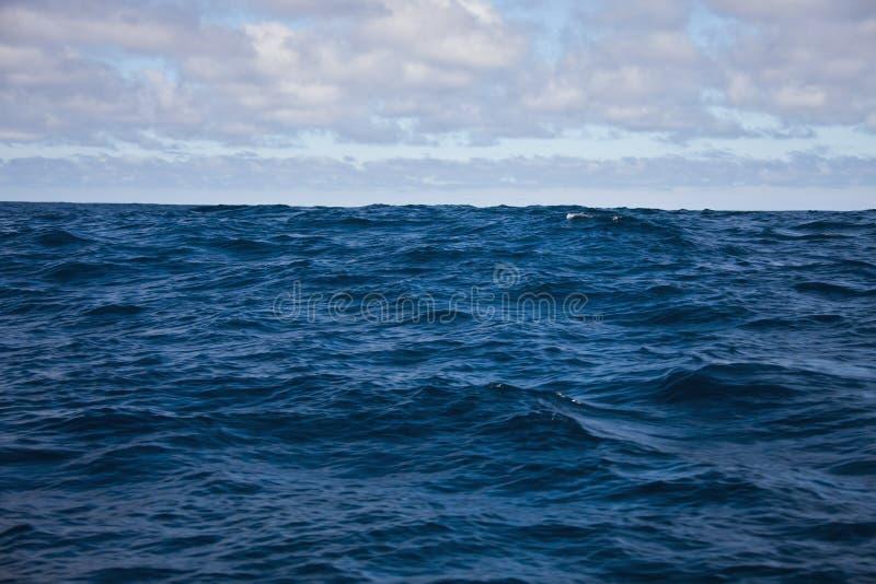 Golven van de Atlantische Oceaan en de ochtendhemel met wolken royalty-vrije stock foto