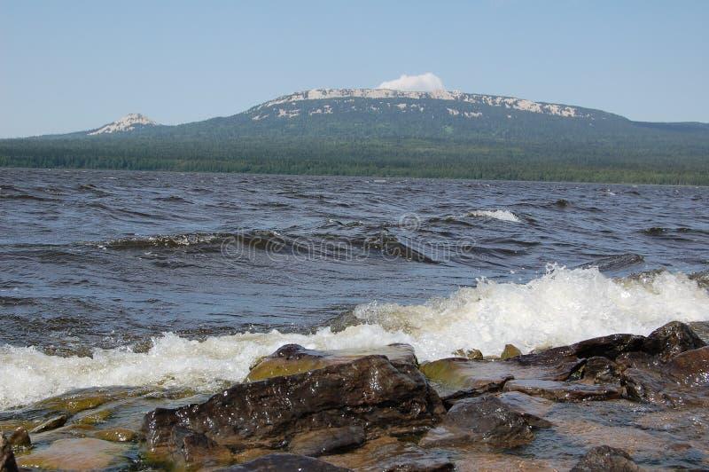 Golven van het meer tegen de achtergrond van bergen royalty-vrije stock foto's