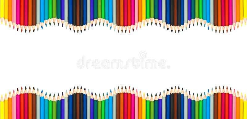 Golven van kleurrijke houten die potloden op wit, leeg kader terug naar school, kunst en creativiteitconcept worden geïsoleerd stock fotografie