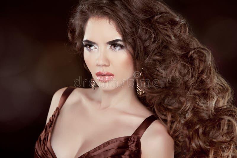 Golvend Haar. Mooie Manier Donkerbruine Vrouw. Gezonde Lange Bruin royalty-vrije stock foto