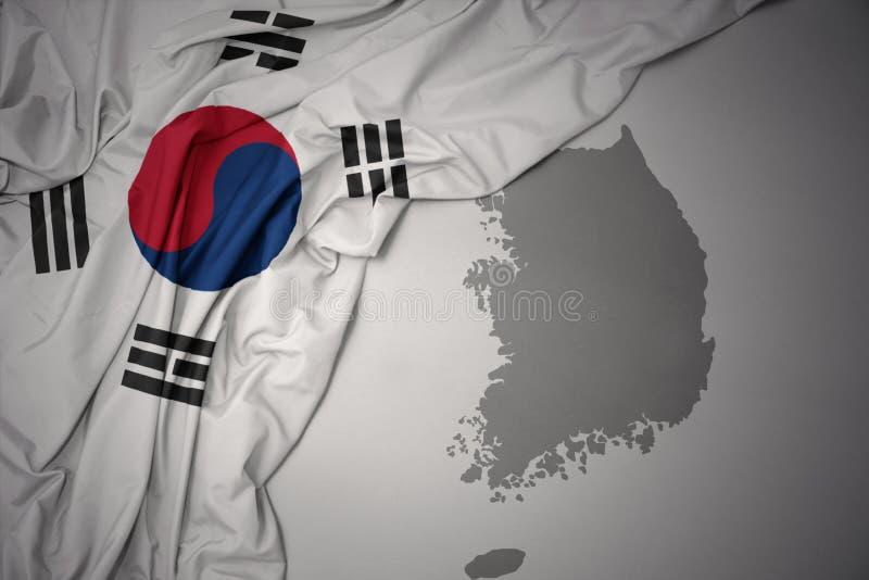 Golvende kleurrijke nationale vlag en kaart van Zuid-Korea stock fotografie