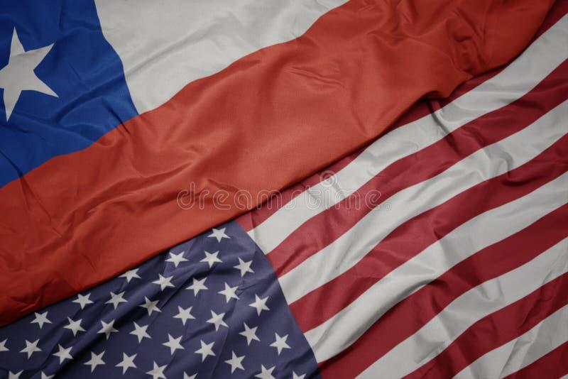 golvende kleurrijke vlag van de Verenigde Staten van Amerika en nationale vlag van Chili royalty-vrije stock afbeeldingen