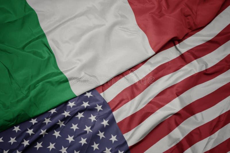 golvende kleurrijke vlag van de Verenigde Staten van Amerika en nationale vlag van Italië Macro royalty-vrije stock afbeelding