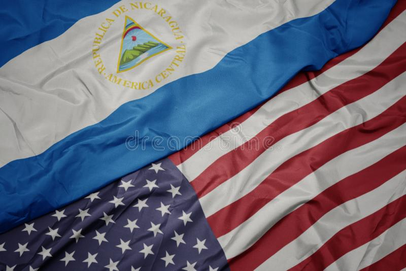golvende kleurrijke vlag van de Verenigde Staten van Amerika en nationale vlag van Nicaragua stock afbeelding