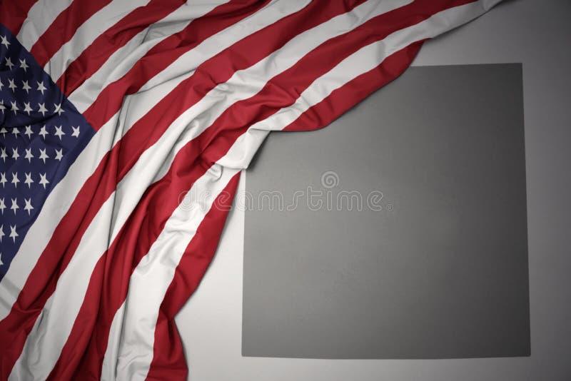 Golvende nationale vlag van de Verenigde Staten van Amerika op een grijze de kaartachtergrond van de staat van Colorado stock illustratie