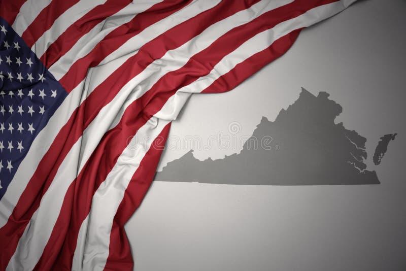 Golvende nationale vlag van de Verenigde Staten van Amerika op een grijze de kaartachtergrond van de staat van Virginia royalty-vrije stock afbeeldingen