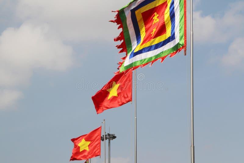 Golvende Vietnamese nationale vlaggen stock fotografie