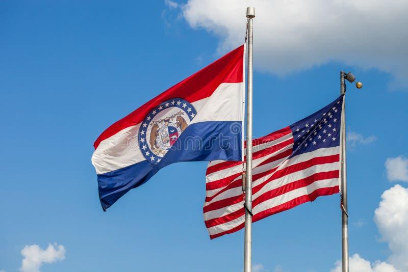 Golvende vlaggen van de Verenigde Staten en de staat van Missouri met stock fotografie