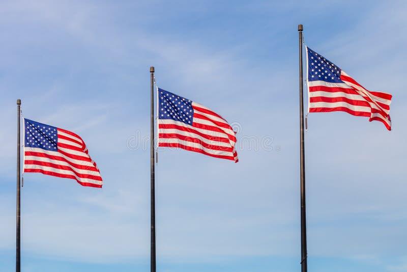 Golvende vlaggen van de Verenigde Staten op de Pijler in Chicago met sk stock afbeeldingen
