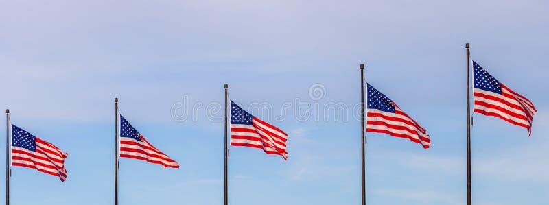 Golvende vlaggen van de Verenigde Staten op de Pijler in Chicago met sk stock fotografie