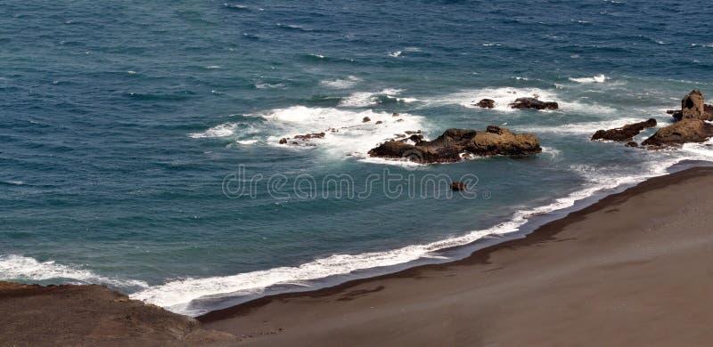 Golvenneerstorting op een eenzaam strand royalty-vrije stock foto