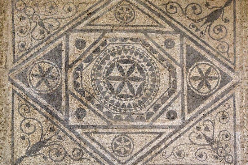Golvmosaik av kulöra stenar i romerska mosaiker för villa i Risan, Risana, Boca-kotor fjärd, Montenegro royaltyfri bild