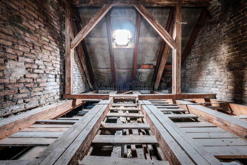 Golvstrålar i tom loft/vind av ett gammalt byggande tak royaltyfri fotografi
