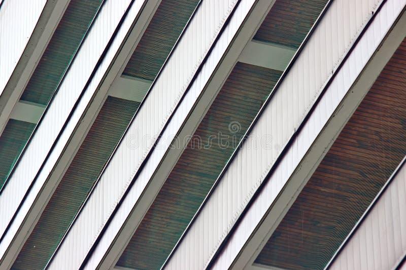 Golvstrålar och ingrepp, hem- reparation och rekonstruktion Trätak symmetrisk gammal byggnad som bygger för bakgrund royaltyfria foton