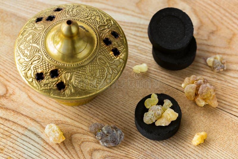 Goma amarela aromática da resina nos carvões vegetais árabes a queimar-se aromático foto de stock