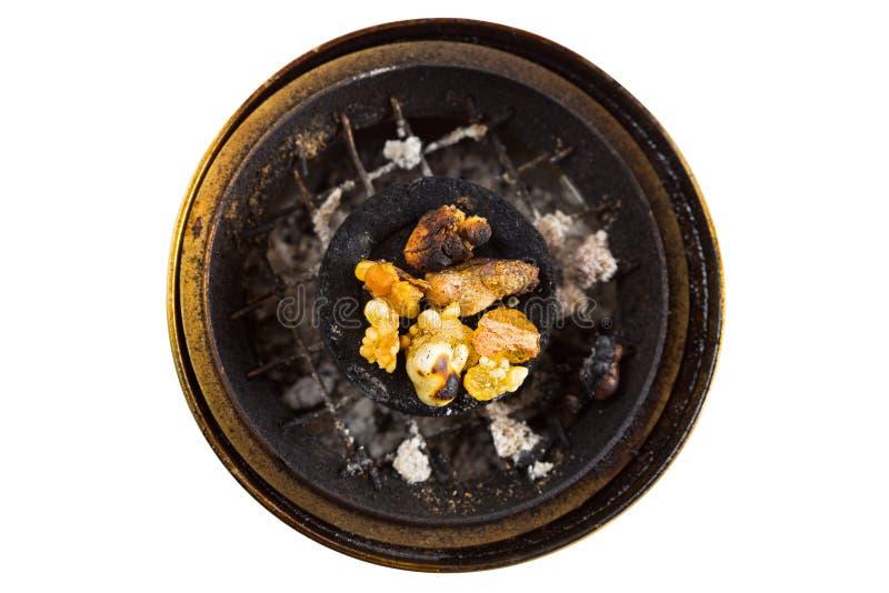 Goma amarilla aromática de la resina en la quema del carbón de leña árabe en latón imagen de archivo