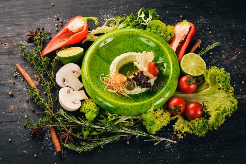 Goma de la cuajada de queso con tomates secados y un remiendo hecho a ganchillo Bocados fr?os fotografía de archivo