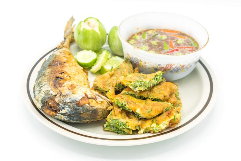 goma picante del camarón con los pescados fritos de la caballa y el huevo frito con c imagen de archivo
