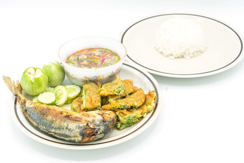 goma picante del camarón con los pescados fritos de la caballa y el huevo frito con c fotografía de archivo
