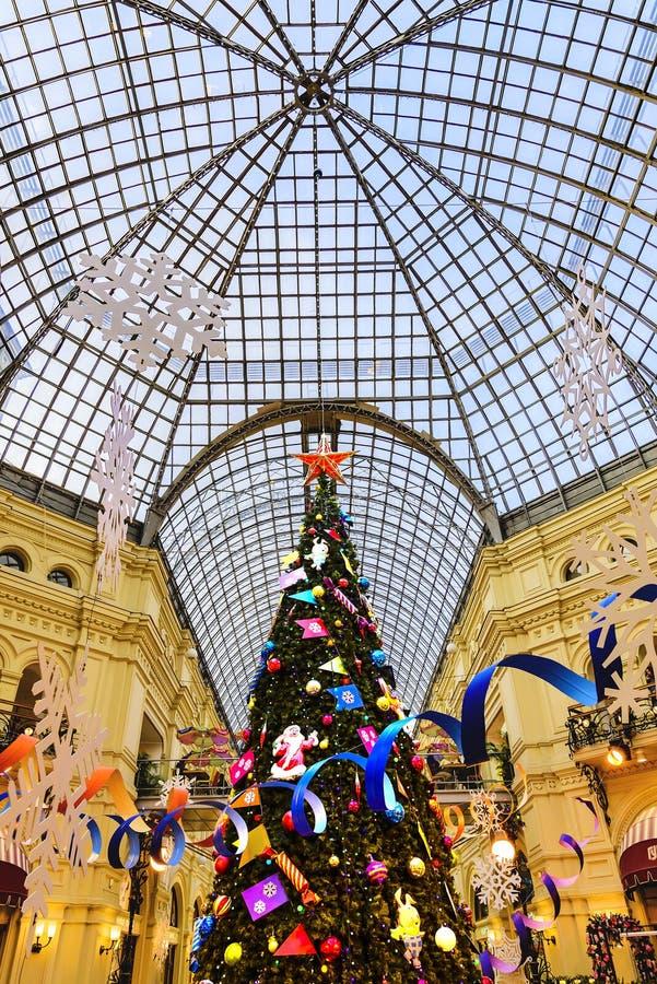 GOMA, Plaza Roja Vista de un árbol de abeto adornado grande por la Navidad y el Año Nuevo 2019 en el fondo de una bóveda transpar foto de archivo libre de regalías
