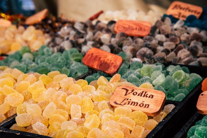 Gomas de doces do açúcar e feijões de geleia coloridos no mercado fotos de stock royalty free