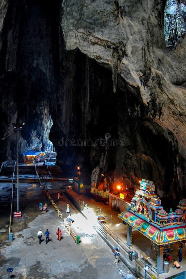 GOMBAK, SELANGOR, МАЛАЙЗИЯ, апрель 2004, подвижник на пещерах Batu, холм который имеет серию пещер и висков, интерьер известняка стоковая фотография