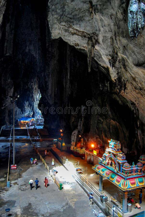 GOMBAK, SELANGOR, MALÁSIA, em abril de 2004, devoto em cavernas de Batu, um monte que tenha uma série de cavernas e de templos, i fotografia de stock