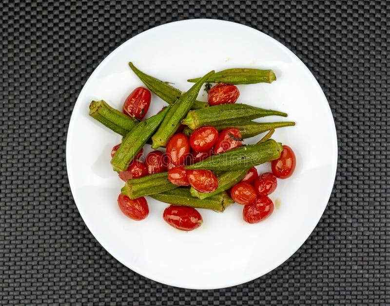Gombo cuit avec les tomates rouges images libres de droits