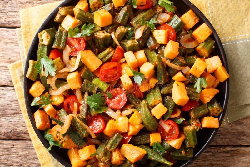Gombo végétal de ragoût, patates douces, tomates, oignons et herbes photo libre de droits