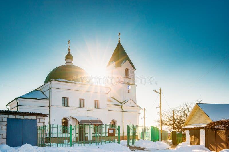 Gomel, Λευκορωσία Ήλιος που λάμπει πέρα από την εκκλησία του Άγιου Βασίλη το Wonderworker στην ηλιόλουστη χειμερινή ημέρα στοκ φωτογραφία