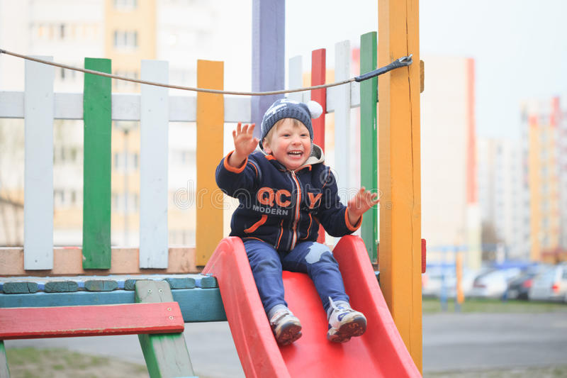 GOMEL, БЕЛАРУСЬ - 6-ое апреля 2017: малознакомая игра детей на спортивной площадке в предыдущей весне стоковое изображение