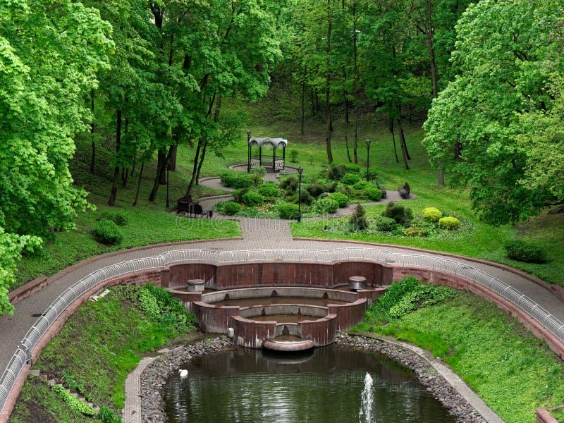 GOMEL, БЕЛАРУСЬ - 8-ОЕ МАЯ 2019: Парк города Озеро лебед с фонтаном стоковое фото rf