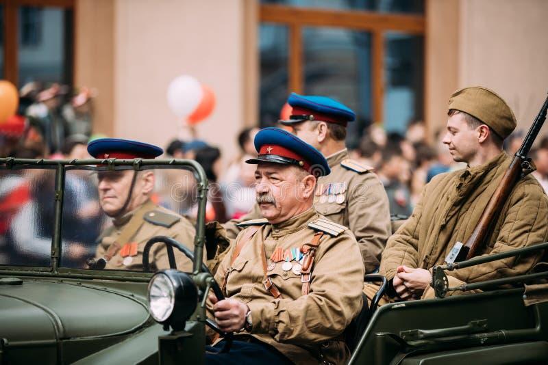 Gomel, Беларусь Солдаты и офицеры людей, который одетые в форму советские включили в парад предназначенный к дню победы стоковое изображение
