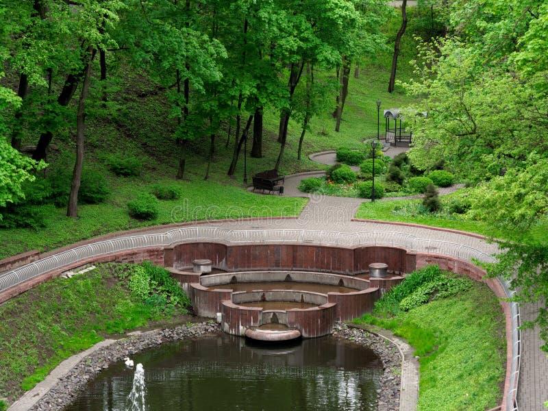 GOMEL, BELARUS - 8 MAI 2019 : Parc de ville Lac swan avec la fontaine photographie stock
