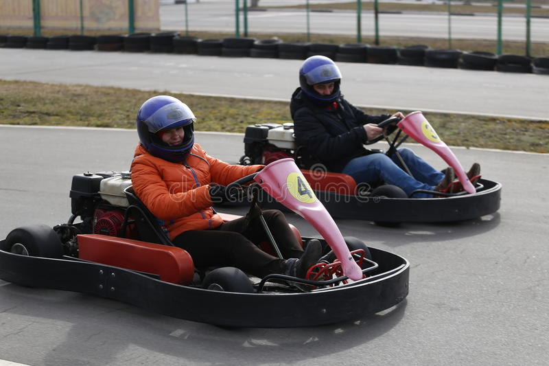 GOMEL, BELARUS - 8 MARS 2010 : Concours amateurs dans les courses sur la voie karting récréation organisée images libres de droits