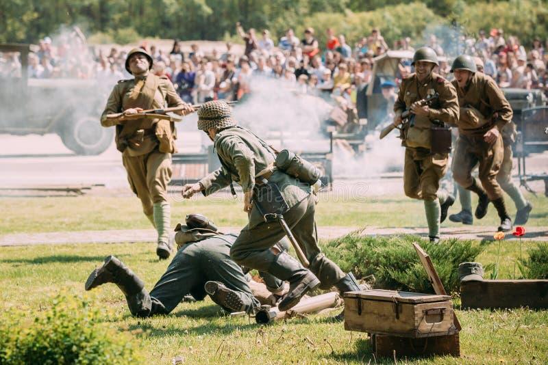 Gomel Belarus Scène de reconstitution de bataille : Armée soviétique encore image stock