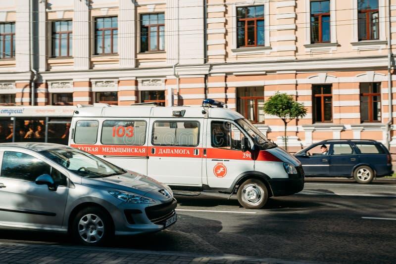 Gomel, Białoruś Biała Nagłego wypadku Karetka Van Samochód Chodzenie Dalej Sovetskaya ulica obraz stock