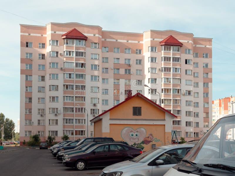 GOMEL BIAŁORUŚ, CZERWIEC, - 26, 2019: mieszkaniowy wieżowiec na Golovatskogo ulicie zdjęcie stock