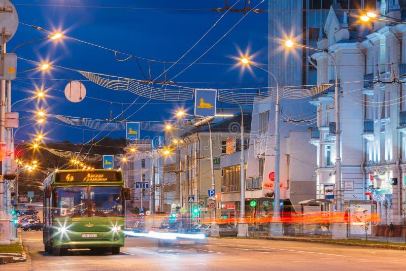 Gomel, Białoruś Evening ruchu drogowego I społeczeństwa autobus Na Lenina alei obrazy royalty free