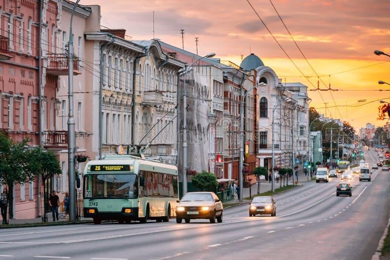 Gomel, Białoruś Evening ruchu drogowego I społeczeństwa Trolleybus Na Sovetskaya obraz stock
